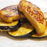 Foie sobre tempura de berenjenas con miel.
